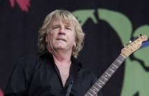 """ريك بارفيت، عازف الجيتار والمغني بفرقة موسيقى الروك """"ستاتس كيو"""""""