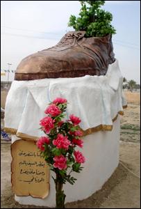 نصب لحذاء عملاق في تكريت تكريما لمنتظر الزيدي