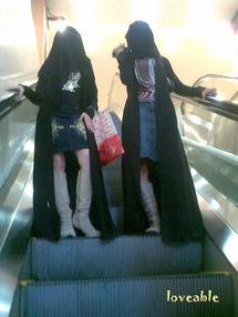 مراهقات الخليج مع آخر صيحات الأزياء ولا بد من العباءة