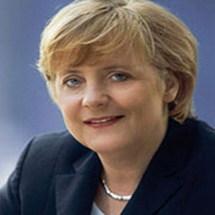 ملصقات للمستشارة بالملابس الداخلية على جدران المدن الألمانية