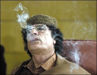 شراهة القذافي في نفث الدخان في وجه ضيوفه ظاهرة لم تنتقدها الصحف