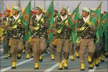 عناصر من الباسيج يشاركون في عرض عسكري قرب طهران في 2006