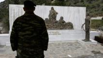 السفير الألماني لدى أثينا عند نصب تذكاري