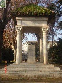 النصب المقام في ساحة مارتيليه وسط قرطبة لولادة وابن زيدون