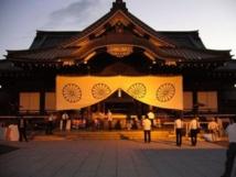 رئيس الوزراء الياباني يقدم قربانا إلى ضريح مثير للجدل