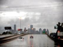 """إغلاق مطار دولي في هيوستن الأمريكية بسبب العاصفة """"هارفي"""""""