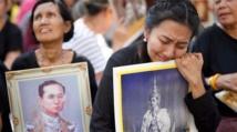التايلانديون ينتظرون دورهم لتوديع الملك الراحل قبل حرق الجثمان