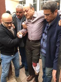 """""""بلطجية """" يعتدون بالسكاكين على  هشام جنينة في القاهرة"""