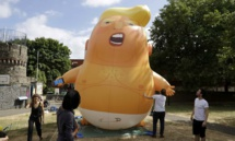 """المتظاهرون في لندن يطلقون بالون """"الرضيع ترامب"""" في السماء"""