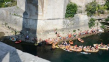 البوسنة.. 40 رياضيًا يقفزون من فوق جسر موستار التاريخي