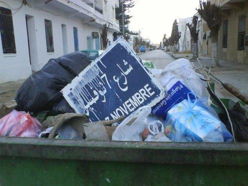 شارع 7 نوفمبر بالقمامة  وسيصبح قريبا شارع محمد البوعزيزي  - خاص بالهدهد