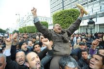 تونسيون يتظاهرون ضد سرقة مكاسب الشعب - خاص بالهدهد