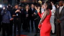 الممثلة فيولا ديفز (أول ممثلة سوداء تتوج بثلاث جوائز أوسكار وايمي وتوني) على السجادة الحمراء في افتتاح المهرجان