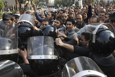 كان المحتجون يهتفون ما معناه ان الشعب يريد اسقاط النظام