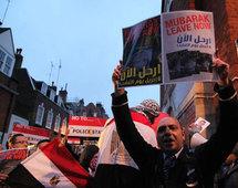 فوضى أعقبت المظاهرات الدامية وشياب مصري يفاخر بخوذات استولى عليها من رجال الامن