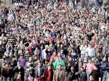 المصريون يواصلون انتفاضتهم ويدفنون مئة من ضحاياهم والأطباء لا يستطيعون إحصاء الجرحى