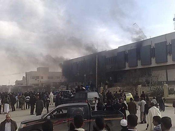 هتافات الليبيين : يابيضاء لا تخافي لازم يسقط القذافي
