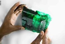 بوزن 1.1 كيلوغرام و5 آلاف و655 قيراطاً.. اكتشاف حجر زمرد لا مثيل له في زامبيا