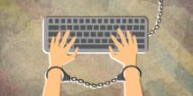 """تحذير: الديمقراطية """"تتلاشى"""" مع تراجع الحرية عبر الإنترنت"""