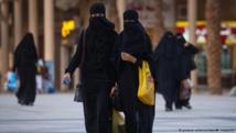 سعوديات يطلقن حملة احتجاج ضد ارتداء العباءة السوداء