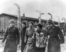 جنود الجيش الأحمر يساندون أسيرات يهوديات بعد تحريرمعسكر الإبادة أوشفيتس