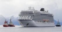 """السفينة السياحية المعطوبة """"فايكينج سكاي"""" ترسو في ميناء نرويجي بعد قطرها"""