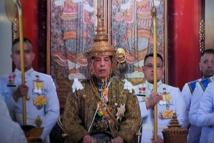 جنود يحملون محفة ملك تايلاند سبعة كيلومترات لتحية الشعب