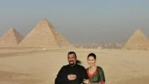 الممثل العالمي سيغال وزوجته