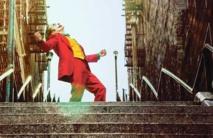 """رقصة فينيكس على سلالم برونكس بفيلم """"الجوكر"""" احالتها لمعلم سياحي"""