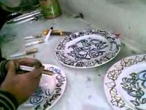 فنانة يمنية تنشر الحب والأمل بالرسم على الصحون
