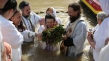"""احتفالا بـ""""عيد الغطاس"""".. آلاف المسيحيين """"يتعمّدون"""" بنهر الأردن"""
