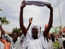 """الامن يطلق""""مسيل الدموع""""على سودانيين يحتفلون بذكرى اسقاط البشير"""