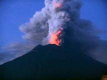 """ثوران بركان """"اناك كراكاتو"""" في إندونيسيا بثالث اعلى مستوى"""