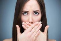 ما هي أسباب رائحة الفم الكريهة؟  وما هو العلاج لها .؟