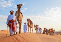 """رحلة فوق ظهور الإبل عبر صحراء """"بني وهيبة"""" العُمانية"""