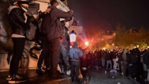 قنابل مسيلة للدموع لتفريق متظاهري باريس - ايه - ايه