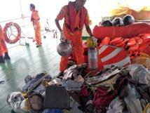 جمع بقايا الطائرة المنكوبة وجثث ضحاياها