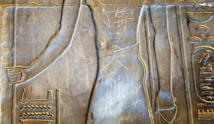 ترميم لوحة الاسكندر الأكبر بمعبد الأقصر بعد تعرضها للعبث