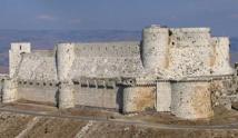 أضرار في قلعة الحصن الأثرية بحمص بعد استهدافها بالطيران الحربي