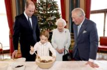 الملكة مع الاولاد والاحفاد