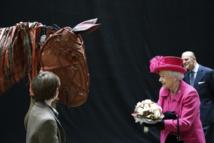 """ملكة بريطانيا تلتقي بطل """"حصان الحرب"""" في يوبيل المسرح الوطني"""