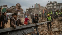 تجاوز الحصيلة الرسمية للقتلى بسبب زلزال نيبال 1800 شخص