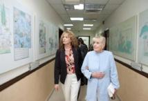 جمعة الماجد يستقبل بيتي وليامز الحائزة على جائزة نوبل للسلام بمركز الثقافة والتراث