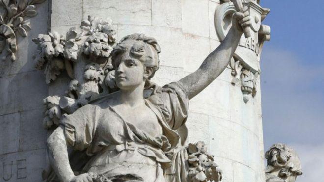 """مقارنة تمثال """"ماريان العاري"""" بالبوركيني تثير جدلا في فرنسا"""
