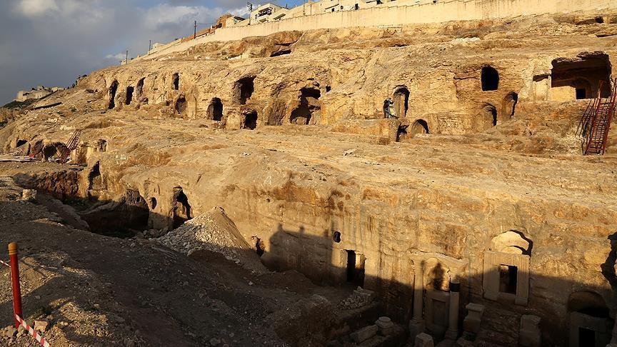 في أورفة التركية.. مقابر صخرية تحتضن التاريخ