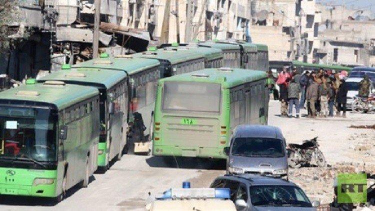 اكثر من ثلاثة آلاف شخص ينتظرون منذ ساعات قرب حلب بعد اجلائهم