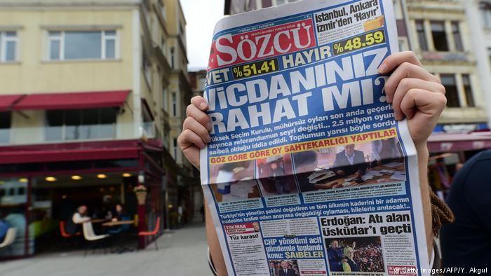 صحيفة تركية تصدر نسخة فارغة بعد احتجاز اثنين من صحفييها