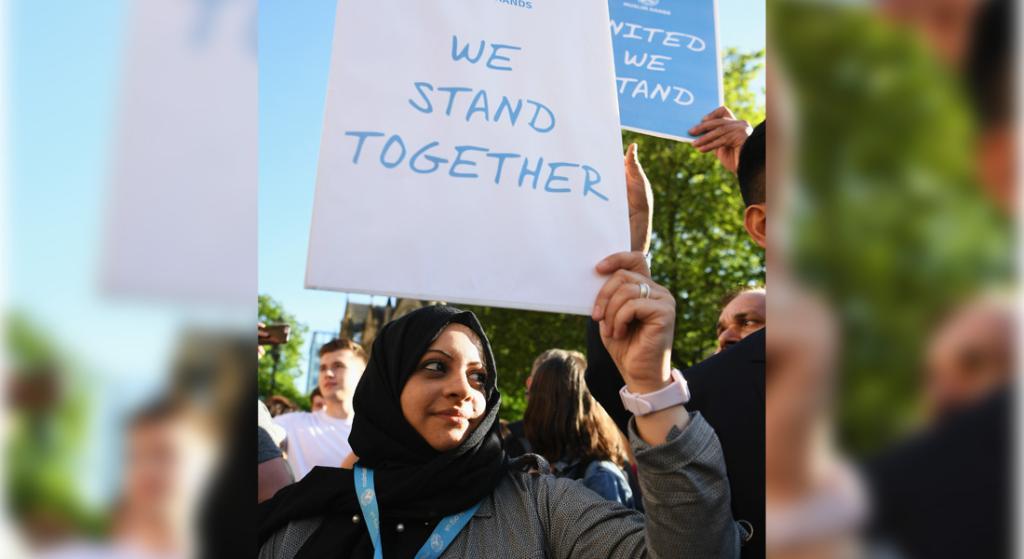 الآلاف ينضمون إلى مراسم لتأبين ضحايا هجوم مانشستر