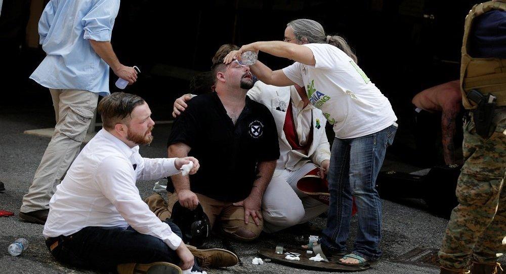 """ترامب  يلقي باللوم على """"الطرفين"""" في أحداث العنف بفيرجينيا"""
