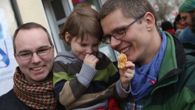 زوجين مثليين في ألمانيا يتبنيان طفلا